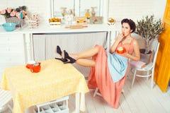 Девушка лижет cream булочку Стоковые Фотографии RF