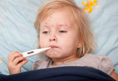 девушка измеряя больную температуру стоковые фото