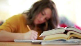 Девушка изучая в библиотеке акции видеоматериалы