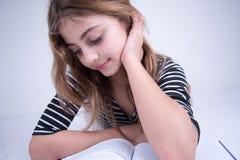 Девушка изучая книгу Стоковое фото RF
