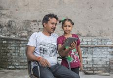Девушка изучая начальное образование в открытой школе стоковые изображения
