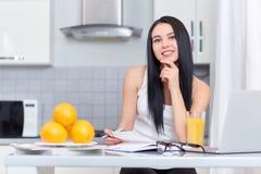Девушка изучая на кухне Стоковые Изображения RF