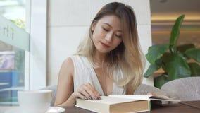 Девушка изучая, подготавливающ для экзамена и выпивая кофе видеоматериал