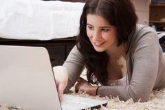 Девушка изучения компьтер-книжки Стоковое Изображение RF