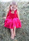 девушка имеет остальные haystack Стоковые Фотографии RF