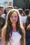 Девушка имеет потеху во время фестиваля цвета Стоковое Изображение RF
