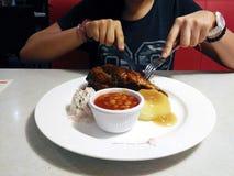 Девушка имея еду обеда Стоковое Изображение RF