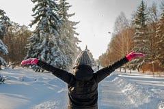 Девушка имея потеху в парке зимы Стоковое Фото