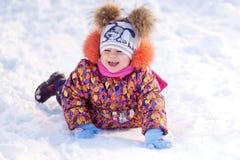Девушка имея потеху в парке зимы Стоковое Изображение RF
