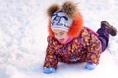 Девушка имея потеху в парке зимы Стоковые Фото