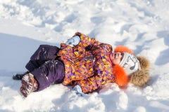 Девушка имея потеху в парке зимы Стоковые Фотографии RF