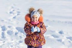 Девушка имея потеху в парке зимы Стоковые Изображения RF