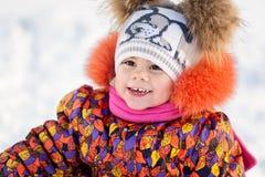 Девушка имея потеху в парке зимы Стоковая Фотография RF