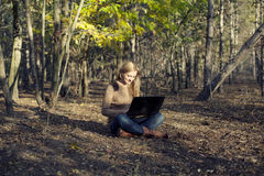 Девушка имея потеху в природе Стоковое Изображение RF