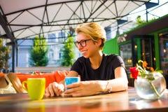 Девушка имея потеху на кофейне Стоковая Фотография RF
