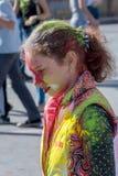 Девушка имея потеху на фестивале цветов стоковые изображения