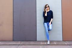 Девушка имея потеху outdoors и вызывая умный телефон, образ жизни развилки стоковое изображение rf