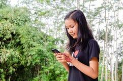 Девушка использует smartphone Стоковые Фото