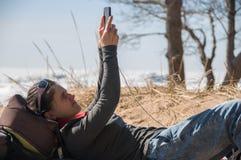 Девушка используя мобильный телефон стоковые изображения