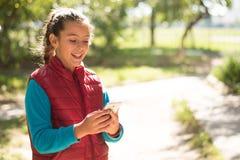 Девушка используя smartphone Стоковые Фотографии RF
