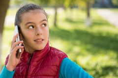 Девушка используя smartphone Стоковое Фото