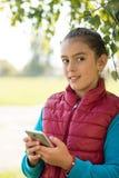 Девушка используя smartphone Стоковое Изображение