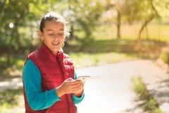 Девушка используя smartphone Стоковое Изображение RF