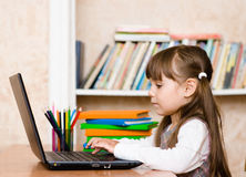 Девушка используя портативный компьютер на школе Стоковые Фото