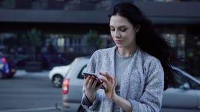 Девушка используя умный телефон в городе видеоматериал