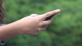 Девушка используя умный телефон или отправку СМС сток-видео