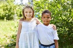 Девушка и африканский мальчик как друг стоковые фото