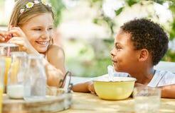 Девушка и африканский мальчик на завтраке стоковая фотография rf