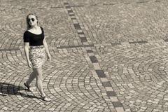 Девушка и выстилка города стоковое фото rf