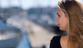 Девушка и гавань стоковая фотография
