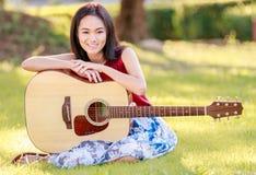 Девушка и гитара стоковое фото