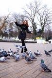 Девушка и голуби Голуби девушки подавая в парке Стоковые Изображения RF