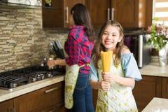 Девушка и ее мать делая макаронные изделия Стоковые Фотографии RF