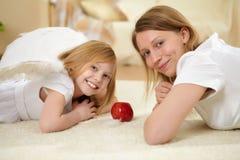 Девушка и ее мать с настоящим моментом стоковая фотография rf