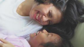 Девушка и ее мать шутят и смеются над совместно акции видеоматериалы
