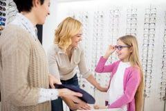 Девушка и ее мать любят голубые рамки для eyeglasses стоковые фотографии rf