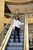 Девушка идет вниз на эскалатор Стоковая Фотография RF