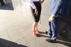 Девушка идет встретить, одетый к молодому человеку и они связывают, sha Стоковое фото RF
