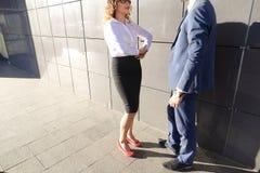 Девушка идет встретить, одетый к молодому человеку и они связывают, sha Стоковые Фото