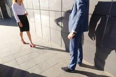 Девушка идет встретить, одетый к молодому человеку и они связывают, sha Стоковая Фотография