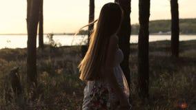 Девушка идет в лес в Солнце акции видеоматериалы