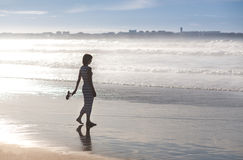 Девушка идет вдоль океана Стоковое фото RF
