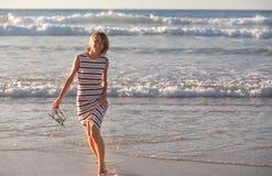 Девушка идет вдоль океана Стоковое Изображение RF