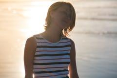 Девушка идет вдоль океана Стоковая Фотография RF