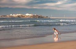 Девушка идет вдоль океана Стоковые Изображения