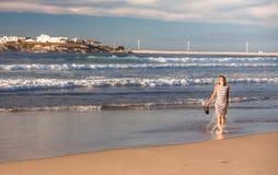 Девушка идет вдоль океана Стоковые Фотографии RF